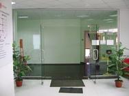 Стеклянная дверь в составе стеклянной перегородки