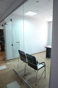 Стеклянная перегородка с одностворчатой дверью