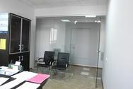 Стеклянная офисная дверь