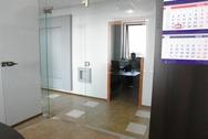 Стеклянная дверь в офис