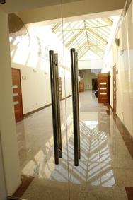 Стеклянная двустворчатая дверь